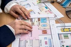 Frau macht Maße vom Hausprojekt stockfotografie
