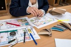 Frau macht Maße vom Hausprojekt lizenzfreie stockbilder
