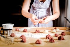 Frau macht Mehlklöße zu Hause auf Küchentisch, Abschluss oben Stockfotos