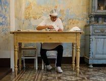 Frau macht orecchiette, die ohrenförmigen Teigwaren, die zur Puglia-Region von Italien traditionell sind lizenzfreie stockfotografie