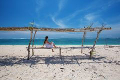 Frau macht Pause am Seeufer Lizenzfreie Stockfotos