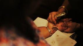 Frau malt mehendi Kunst auf der Palme stock video