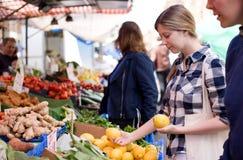 Frau am Markt lizenzfreie stockbilder