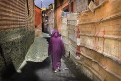 Frau in Marrakesch im traditionellen hochroten Kleid lizenzfreies stockfoto