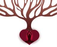 Frau meditieren unter dem großen Baum Lizenzfreie Stockfotos