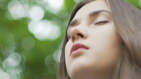 Frau meditiert draußen, Gestellfokus, schönes Gesicht, innerer Tempel des Seelenfriedenns stock video footage