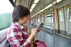 Frau am Metrozug lizenzfreies stockbild
