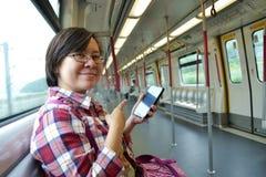 Frau am Metrozug lizenzfreie stockfotografie
