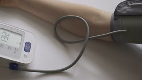 Frau misst ihren Blutdruck stock video