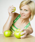 Frau mit Äpfeln Lizenzfreies Stockfoto