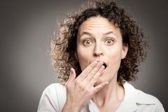 Frau mit überreichen Mund stockbild