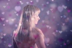 Frau mit addierten undeutlichen bokeh Herzsymbolen Lizenzfreies Stockbild