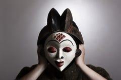 Frau mit afrikanischer Schablone Stockfotos