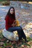 Frau mit Ahornblättern Stockfotografie