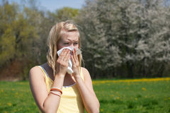 Frau mit Allergie niesend stockfotografie