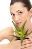 Frau mit Aloe lizenzfreies stockbild