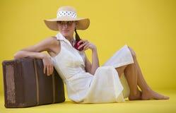 Frau mit altem Koffer Stockfotografie