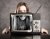 Frau mit altem Retro Fernsehapparat Stockfotos