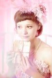 Frau mit alten Zeichen in ihrer Hand. Lizenzfreie Stockbilder