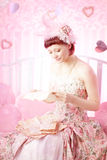 Frau mit alten Zeichen in ihrer Hand. Lizenzfreies Stockfoto