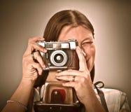 Frau mit alter Kamera auf grauem Hintergrund stockbild