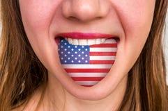 Frau mit amerikanischer Flagge auf der Zunge lizenzfreies stockfoto