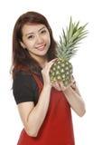 Frau mit Ananas lizenzfreies stockbild
