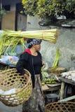 : Frau mit angehäuft auf ihrem Kopf am Markt, Dorf Toyopakeh, Nusa Penida am 17. Juni 2015 Lizenzfreie Stockfotos