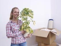 Frau mit Anlage und Kästen lizenzfreies stockfoto