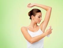 Frau mit Antitranspirationsdesodorierendem mittel über Weiß Stockfotografie