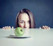 Frau mit Apfel Stockfotografie