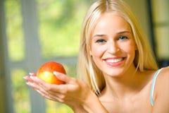 Frau mit Apfel Lizenzfreies Stockbild