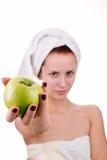 Frau mit Apfel lizenzfreie stockbilder