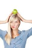 Frau mit Apfel auf Kopf Lizenzfreie Stockfotografie