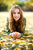 Frau mit Apfel draußen im Herbst Lizenzfreies Stockfoto