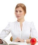 Frau mit Apfel und Buch Stockfotos