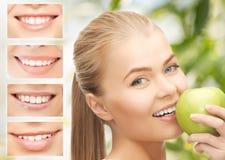Frau mit Apfel und Lächeln Lizenzfreie Stockbilder