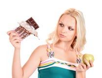 Frau mit Apfel und Schokolade Lizenzfreies Stockfoto