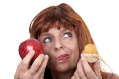Frau mit Apfelmuffin Stockfotografie