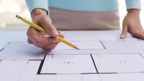 Frau mit Architekturplan und Bleistift stock video footage