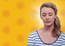 Frau mit Augen schloss gegen gelbes Sonnenmuster Stockbild