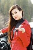 Frau mit Autotasten. Stockbild