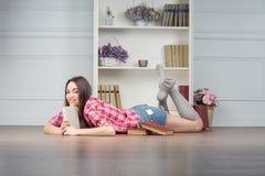 Frau mit Büchern Stockbilder