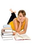 Frau mit Büchern lizenzfreie stockbilder