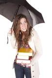 Frau mit Büchern unter Regenschirm lizenzfreies stockfoto