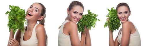 Frau mit Bündelkräutern (Salat). Nährender Konzeptvegetarier - er Lizenzfreie Stockbilder