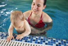 Frau mit Baby im Pool Lizenzfreie Stockfotos