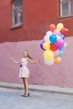 Frau mit Ballonen Stockfoto