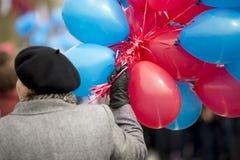 Frau mit Ballonen Lizenzfreie Stockfotos