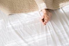 Frau mit barf??ig oder F??e unter Decke am Schlafzimmer morgens, Draufsicht, kopieren Raum f?r Text stockbild